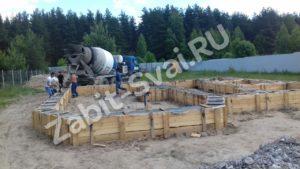 бетоном ленточный фундамент 2 300x169 - Заливка бетоном - ленточный фундамент (2)